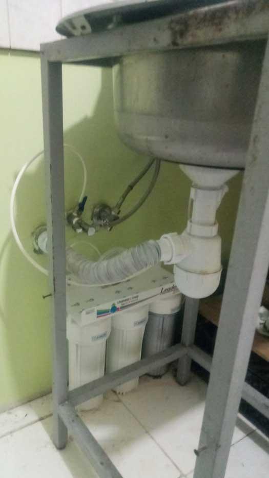 Замена фильтров тройной системы очистки воды