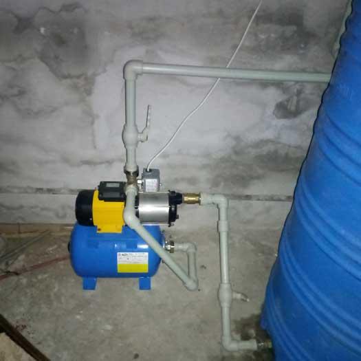 Установка насосной станции и накопительной емкости, а также двух фильтров в виде колб образца Big Blue 20