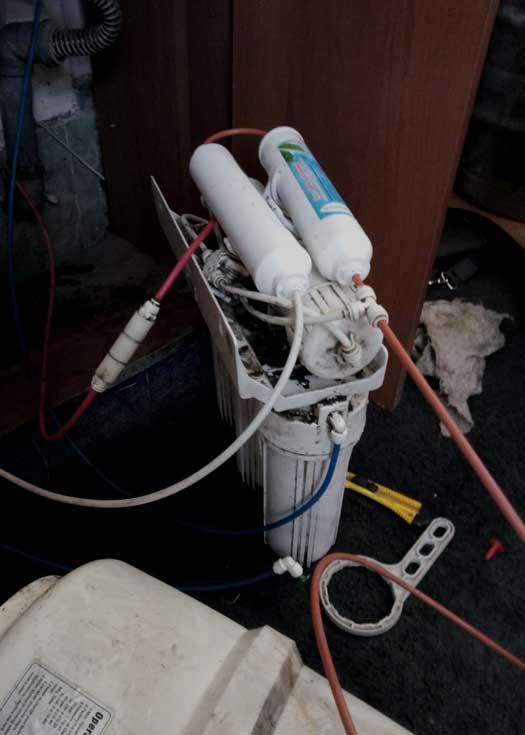 Обслуживание фильтра для очистки воды в кафе