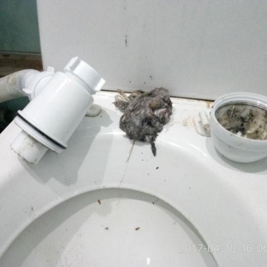Устранение засора забитой трубы канализации