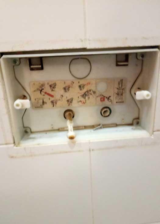 Устранение протечки инсталляции Geberit, установка нового смесителя в умывальнике