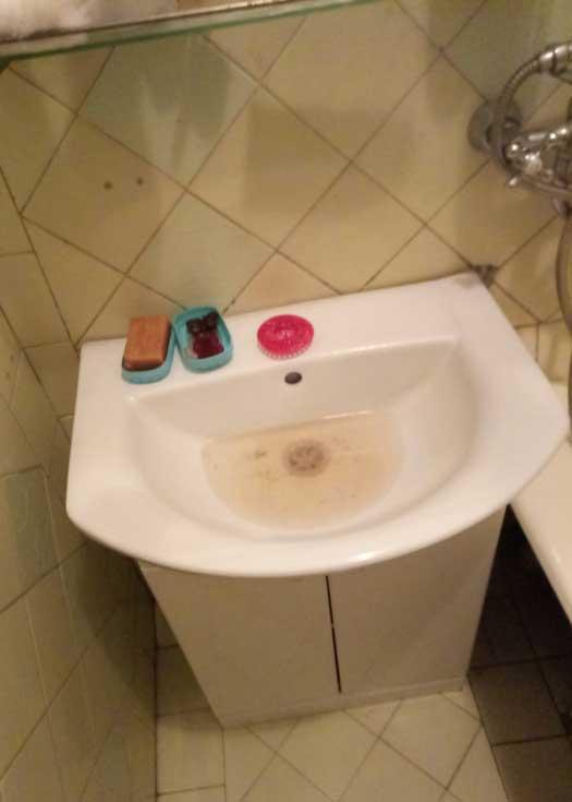 Прочистка слива в ванной
